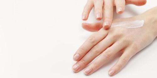 Dưỡng ẩm giúp chống khô da tay hiệu quả