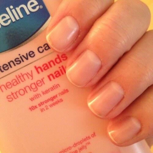 Dưỡng ẩm Vaseline giúp chị em có làn da tay mịn, móng chắc