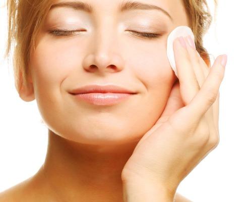 Dùng toner giúp làm sạch và cân bằng da