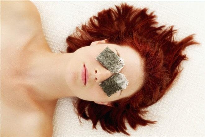 Đắp trà ướp lạnh lên mắt có thể chữa được quầng thâm