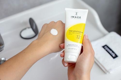 Image có chất kem đặc tạo nên màng bảo vệ chống tia UV hiệu quả