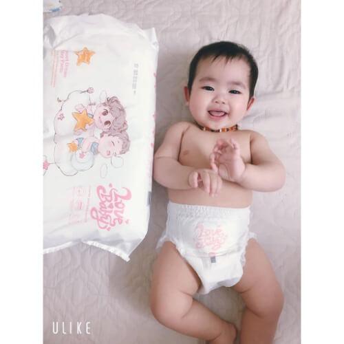 Form bỉm ôm trọn mông bé một cách vừa vặn, đai lưng co giãn linh hoạt