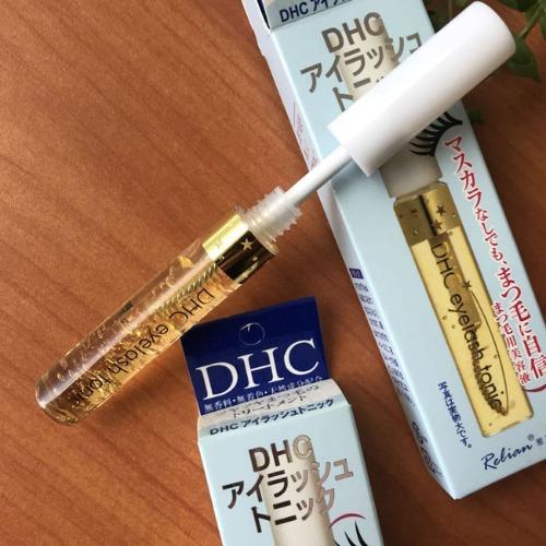 DHC được thiết kế cọ chuyên dùng giúp nâng cao hiệu quả dưỡng mi cong vút
