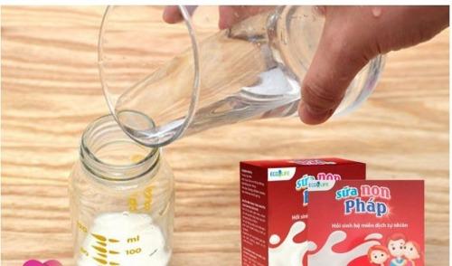 Pha sữa non Pháp Ecolife với sữa công thức giúp bổ sung thêm dưỡng chất thiết yếu cho bé