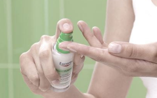Tinh chất serum dễ dàng thấm sâu vào da, không gấy bết dính