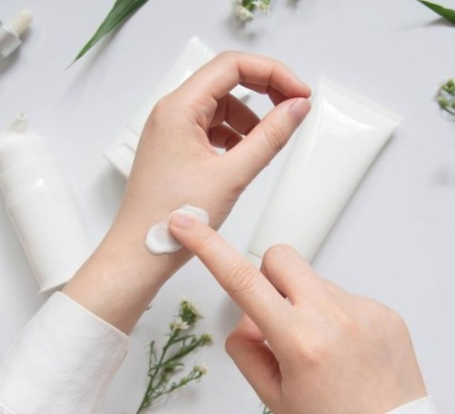 Nên lựa chọn những dòng kem dưỡng da tay tốt chứa thành phần lành tính, an toàn cho da