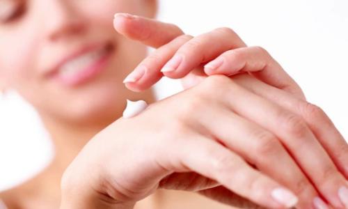 Sử dụng kem dưỡng da tay tốt giúp chị em tự tin hơn với bàn tay mềm mịn