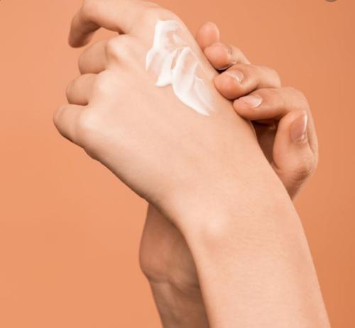 Sử dụng 2 lần/ngày giúp da tay mềm mịn, chống lão hoá