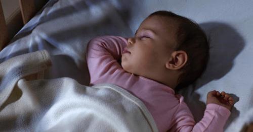 Bé ngủ ngon hơn khi tắt hết đèn