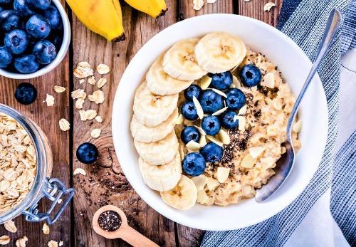 Ngũ cốc yến mạch ăn cùng trái cây tươi