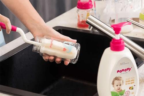Vệ sinh bình sữa bằng cọ rửa chuyên dụng